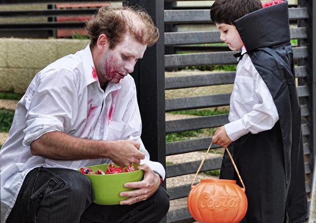 美國萬聖節上的一個孩子被請吃了含有毒品的糖果