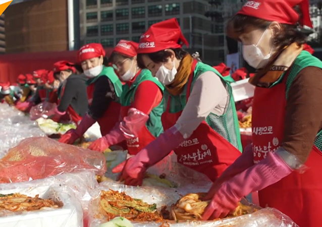 韩国约六千名志愿者集体腌制爱心泡菜