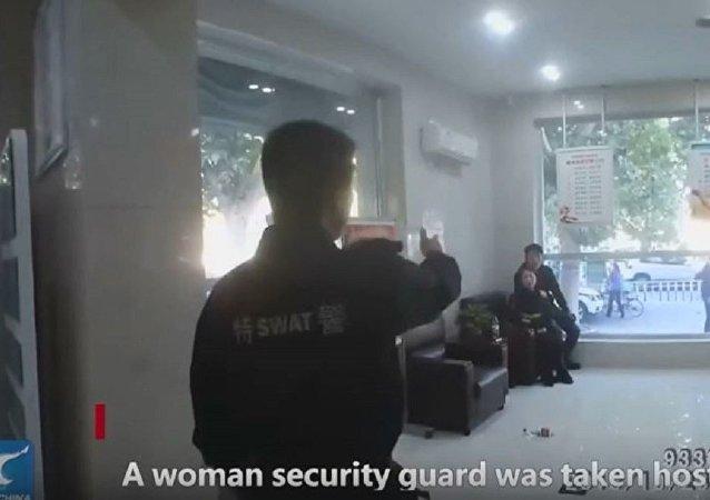 中国警察自捆手脚换人质 最终成功制服罪犯