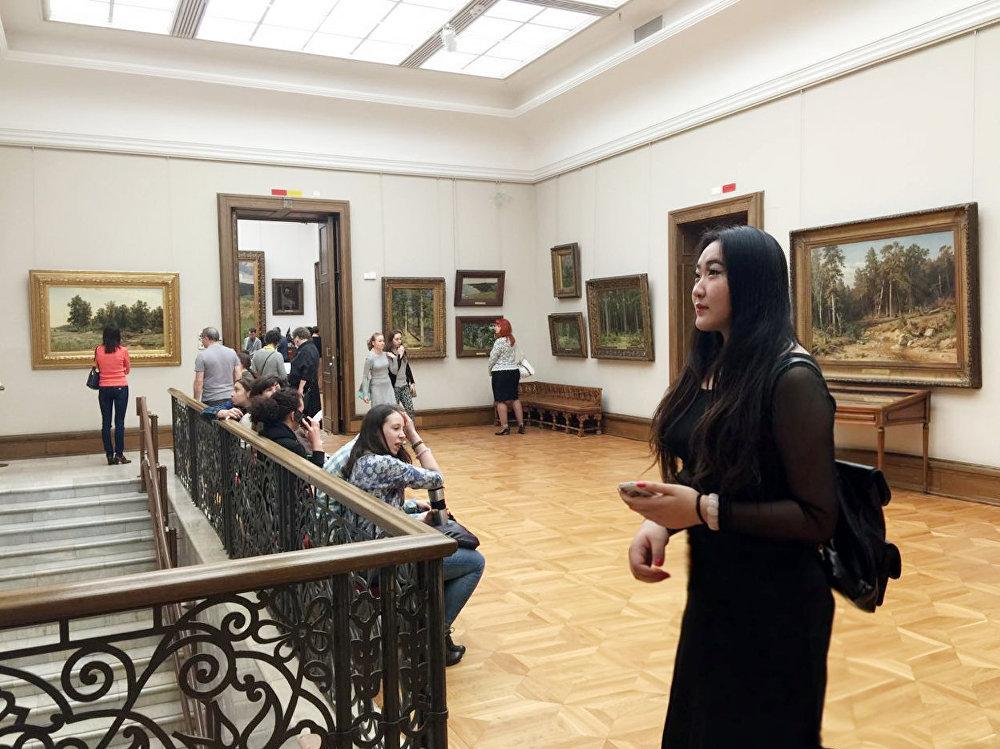 蘇婭在特列季亞科夫畫廊欣賞俄羅斯著名油畫