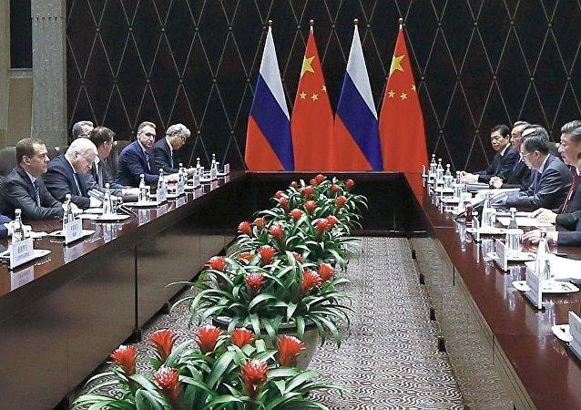 中國國家主席習近平11月5日在上海會見俄羅斯總理梅德韋傑夫