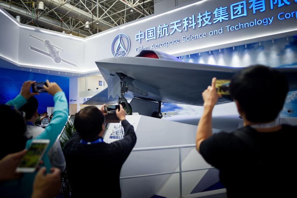 觀眾在拍彩虹-7型(CH-7)高空長航時隱身無人戰機。