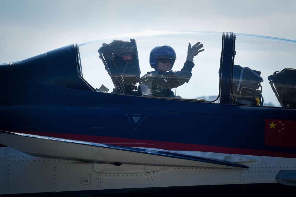 中國人民解放軍女飛行員駕駛殲-10戰機。