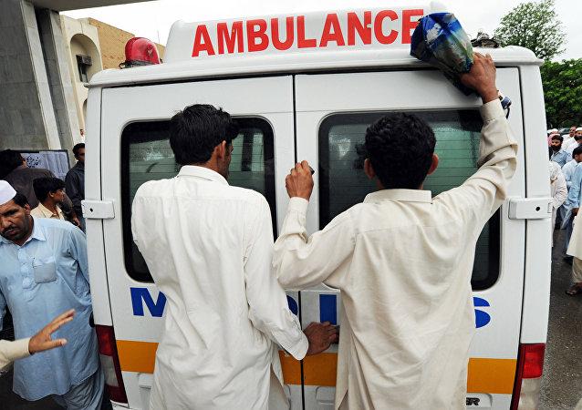 巴基斯坦一輛汽車因大橋垮塌墜河致24人遇難