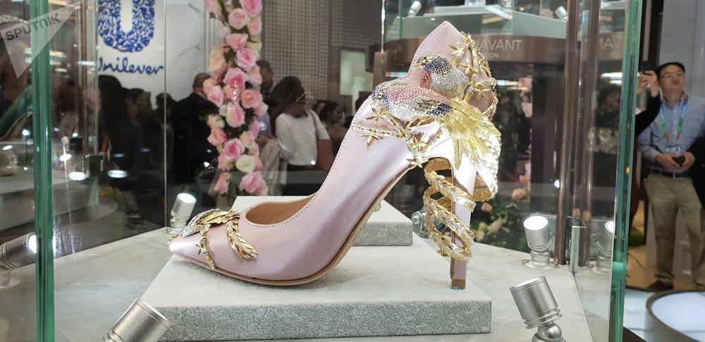 首屆中國國際進口博覽會上展出一雙鑲滿鑽石的鞋子。