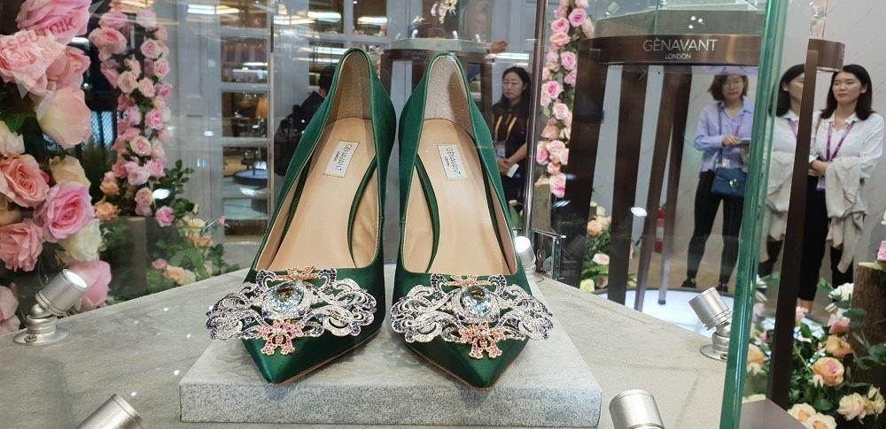 通体镶钻奢华高跟鞋亮相上海进博会