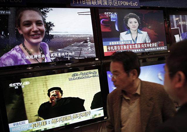 Жители Китая смотрят телепередачи, транслирующие новости