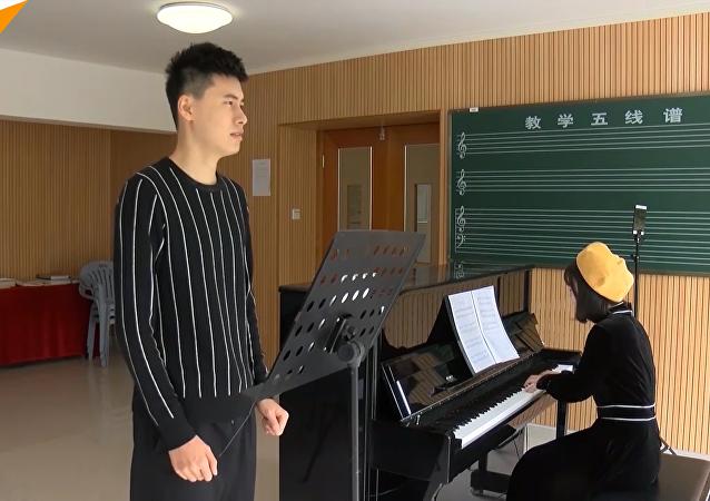 中国小伙打破男性最高音吉尼斯记录