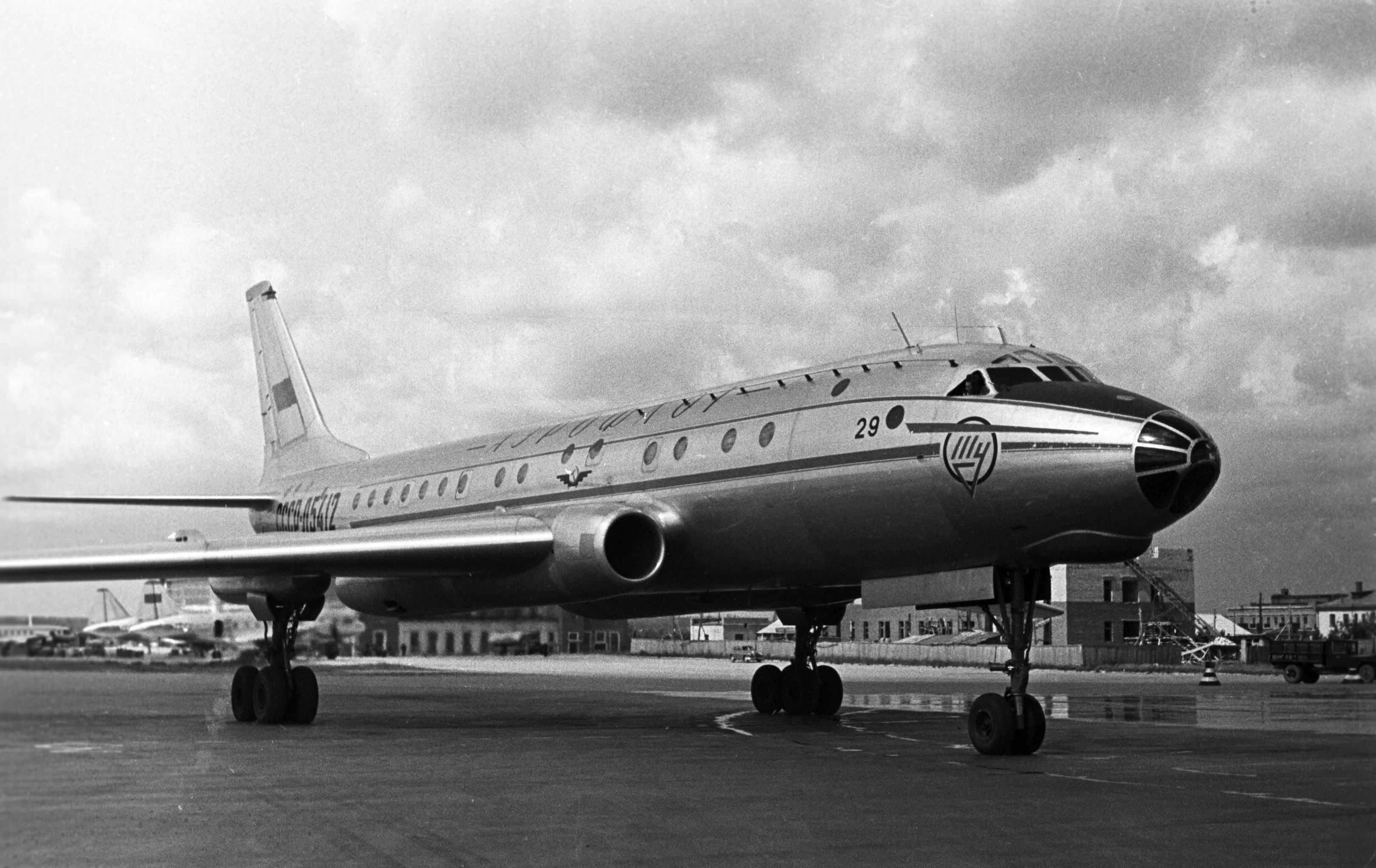 1955年,在圖-16基礎上,圖波列夫設計局又研制出蘇聯首架圖-104噴氣式飛機