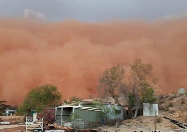 澳大利亚一场大沙尘暴让天空变红