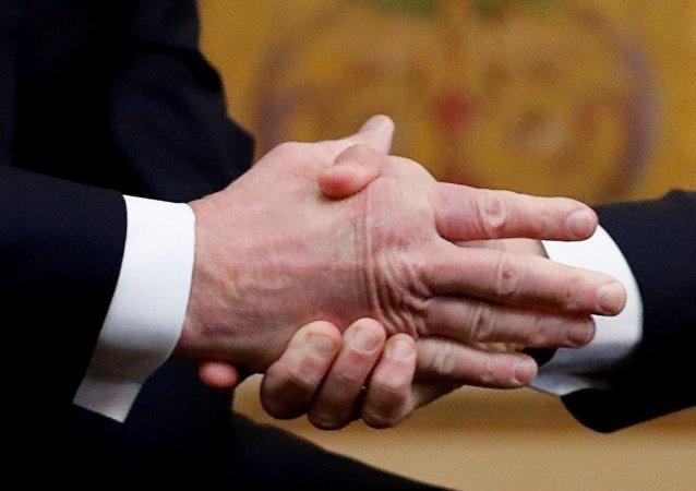 马克龙在握手中再次击败特朗普
