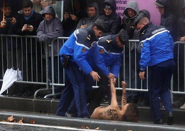 費曼運動積極分子在巴黎攔截特朗普的車隊