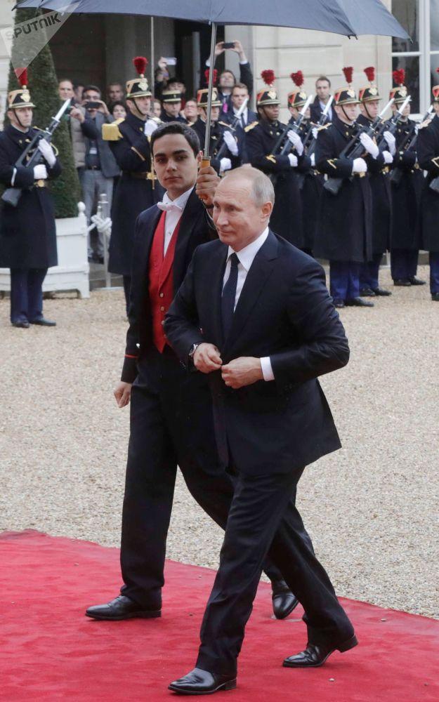 俄羅斯總統弗拉基米爾·普京抵達愛麗捨宮,出席法國總統馬克龍為各國領導人舉辦的工作早餐會