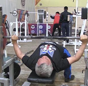 俄退休老人獲世界舉重冠軍