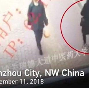 中國蘭州一人行道突然坍塌 一過路女子瞬間掉入深坑