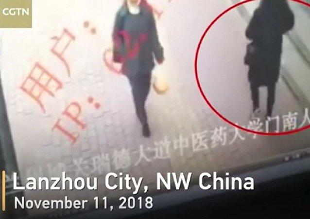 中国兰州一人行道突然坍塌 一过路女子瞬间掉入深坑