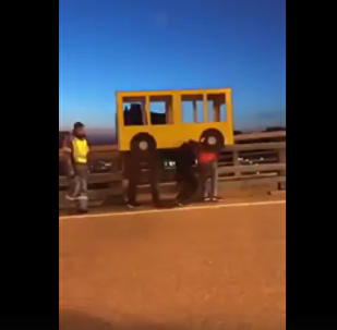 俄遠東4男子扮成小巴過橋(視頻)