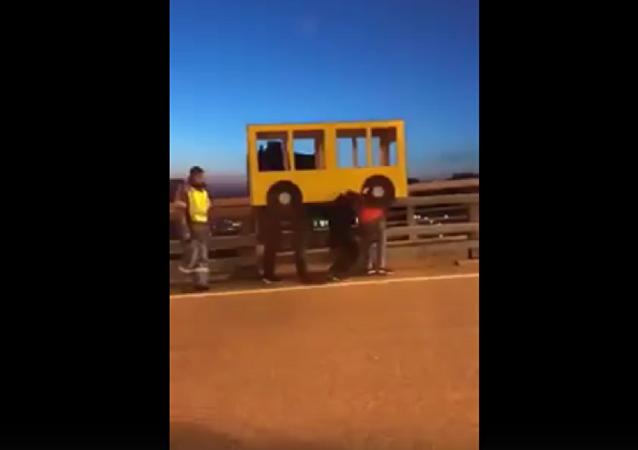 俄远东4男子扮成小巴过桥(视频)