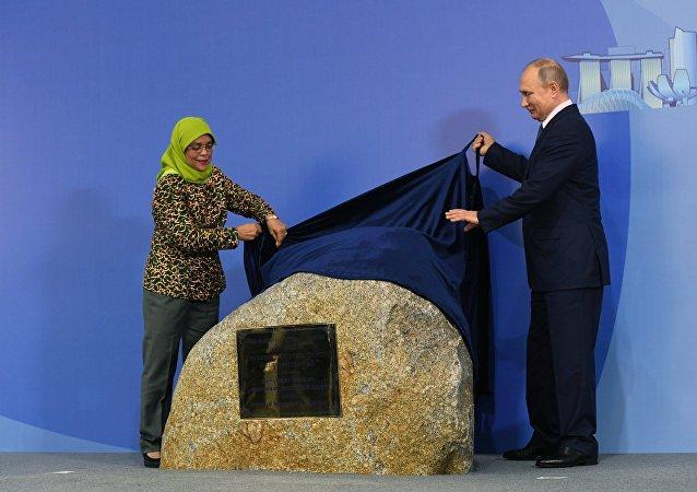 普京在新加坡出席俄罗斯文化中心的奠基仪式