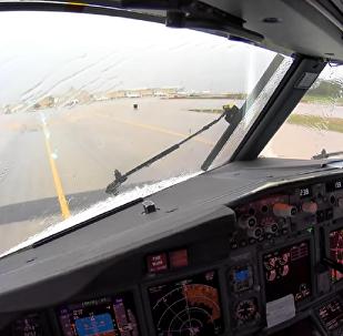 从驾驶舱中拍下了飞机在强大气涡流中着陆的场景