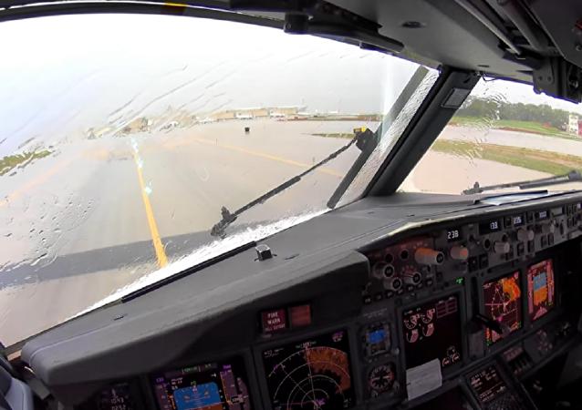 從駕駛艙中拍下了飛機在強大氣渦流中著陸的場景
