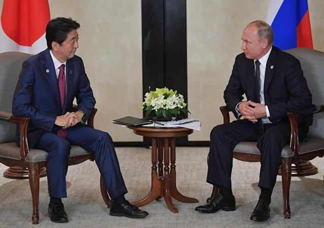 日本首相安倍晉三(左)和俄羅斯總統普京