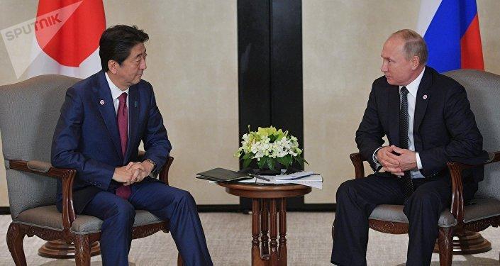 日本首相安倍晋三(左)和俄罗斯总统普京