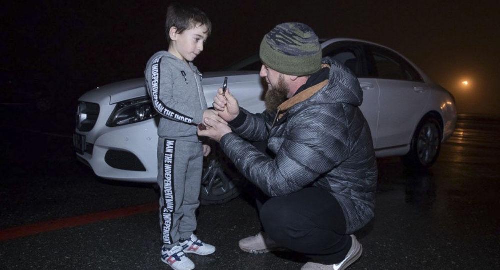 卡德羅夫贈送給做4000多次俯臥撐的5歲男孩一輛奔馳車
