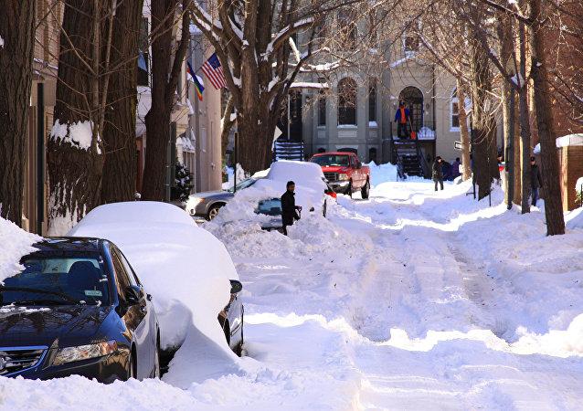 美国暴雪导致车祸断电航班取消