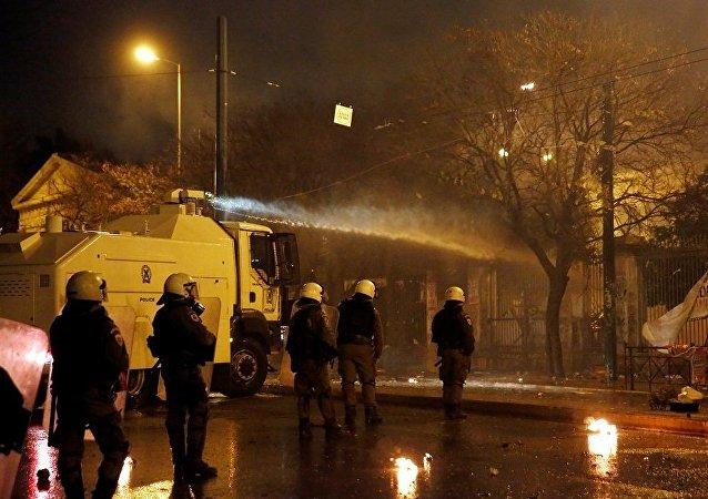 媒體:希臘警方首次對暴亂參與者使用水炮車