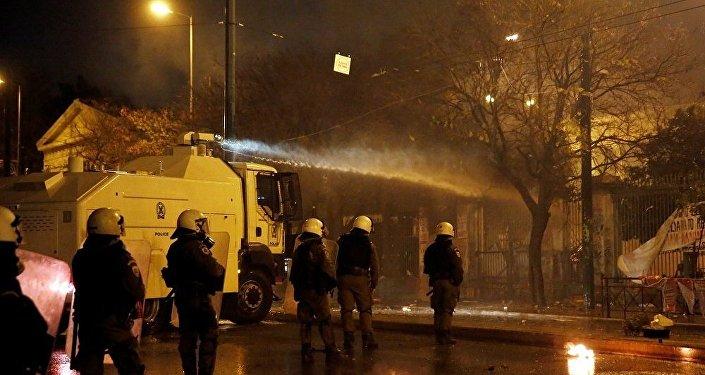 媒体:希腊警方首次对暴乱参与者使用水炮车