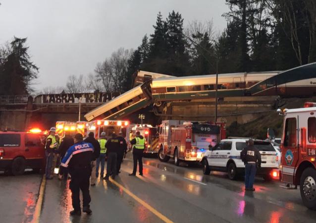 美国装有丙烷的火车车厢倾倒在公路上几乎全城被疏散