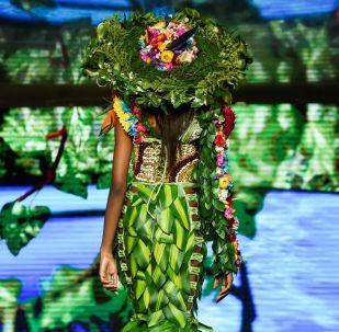 """哥伦比亚举行""""生物时装秀"""""""