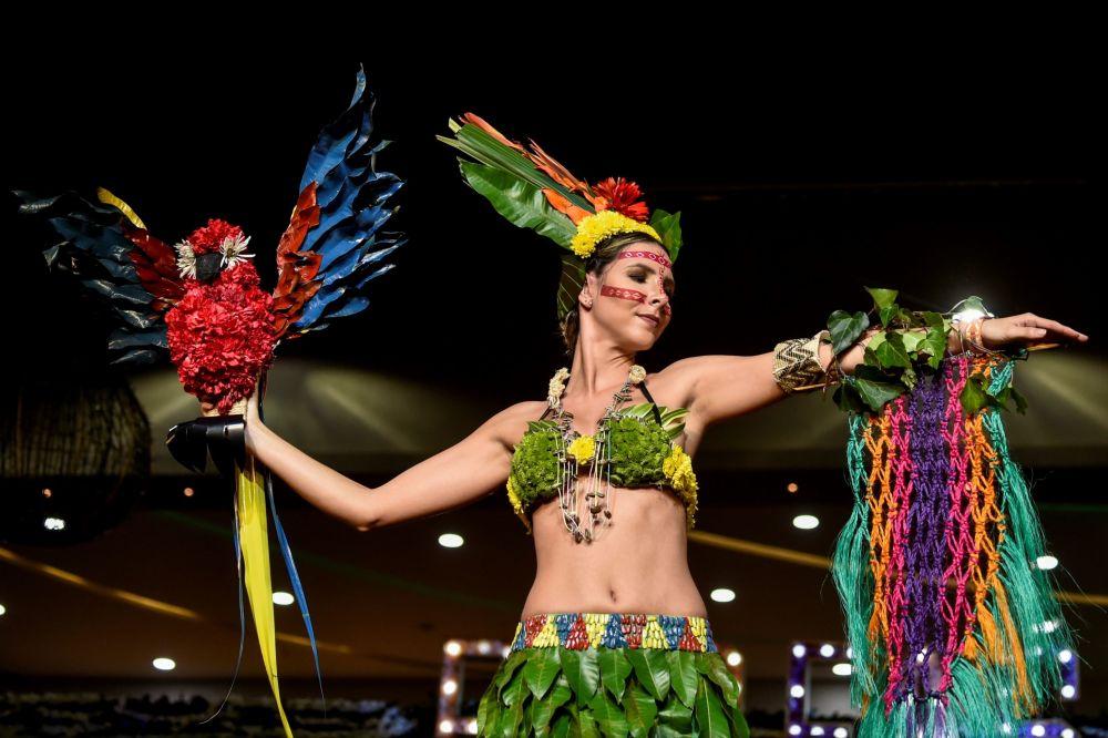 模特展示由植物、树叶、花和再生产品制成的服装。