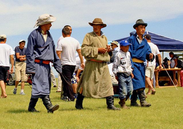 俄三支代表队参演第十五届蒙古族服装服饰艺术节