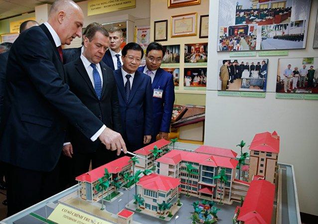 俄罗斯总理参观俄越热带中心
