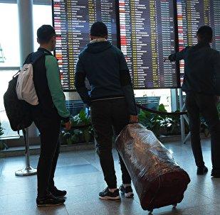 航班取消 乘客怒烧行李
