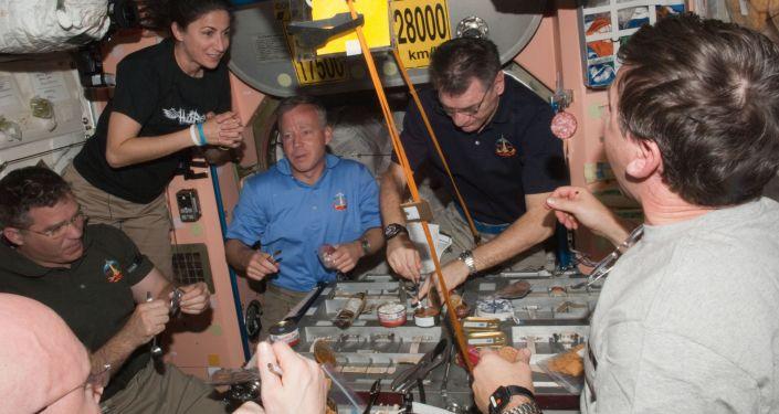 俄宇航員:俄航天食品非常美味