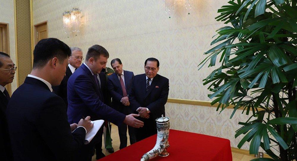俄罗斯驻平壤大使馆公开金正恩获赠礼物照片