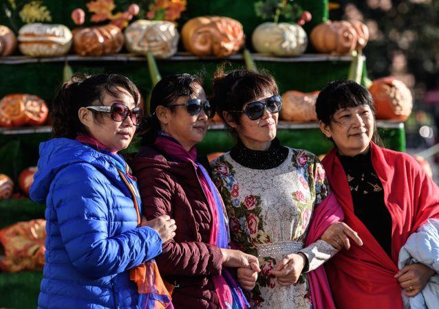 Иностранные туристы на фестивале Золотая осень в Москве