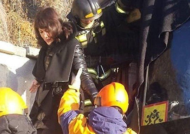俄远东一辆载有17名儿童的巴士发生交通事故