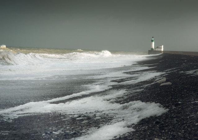 英国海军舰艇伴航波罗的海舰队船队通过英吉利海峡
