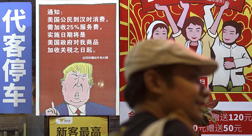 Плакат с изображением президента США Дональда Трампа и сообщением о введении 25% торговых пошлин на товары из Китая в Гаунчжоу