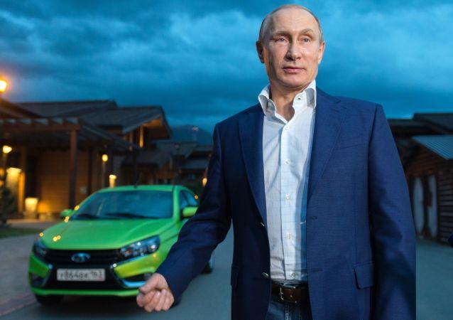"""俄罗斯总统弗拉基米尔·普京在卡拉斯拉雅波利亚纳与AvtoVAZ的新款""""Lada Vesta""""轿车合影"""