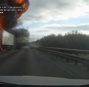 俄沃羅涅日高速路撞車起火