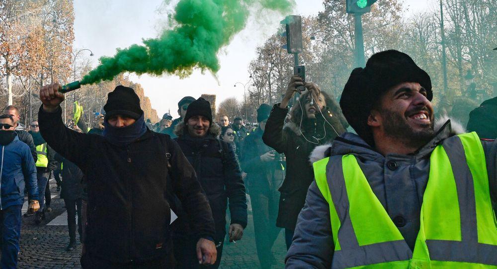 RT拍摄组在报道巴黎抗议时受伤