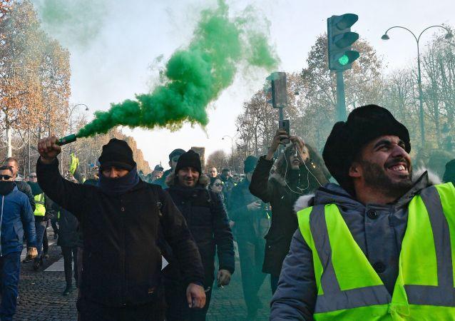 RT拍攝組在報道巴黎抗議時受傷