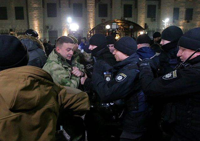 一群人员25日晚上在俄罗斯驻基辅大使馆前燃烧了发焰筒和烟雾弹