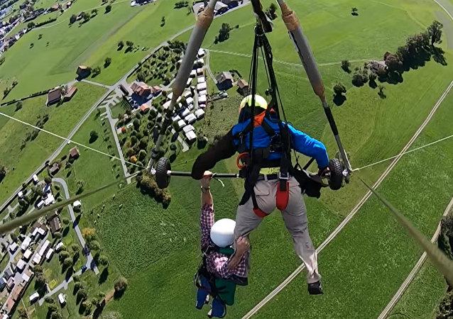 一旅遊者差點從飛行中的三角滑翔機上掉落