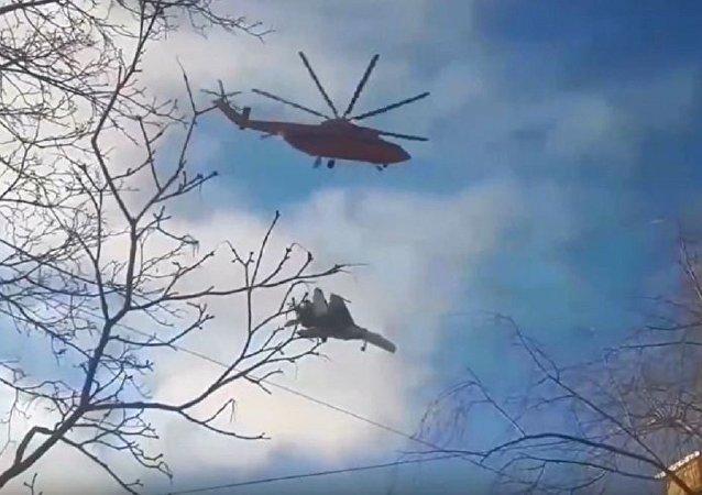 直升机运送苏-27被视频拍到